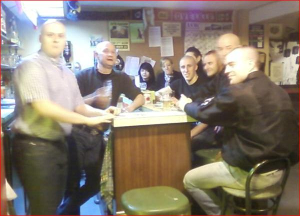 Yohann accoudé au bar de la Maison Flamande à Lambersart