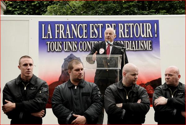 Yohann Mutte assurant la sécurité d'un meeting du Front Populaire Solidariste
